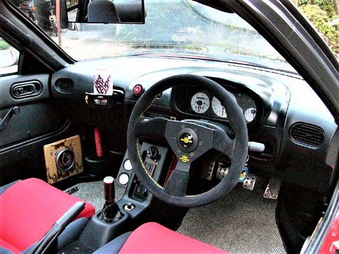 Mazda Autozam AZ 1 Il volante di serie della MOMO.