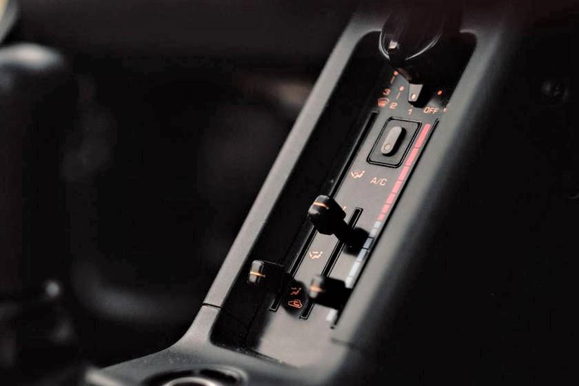 Mazda Autozam AZ 1 Di serie anche l'aria condizionata ;) ecco diciamo che d'estate e così stretti non poteva mancare.