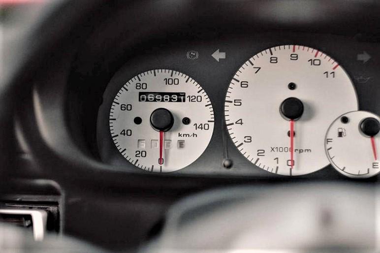 Mazda Autozam AZ 1 Strumentazione con sfondo bianco e completa.
