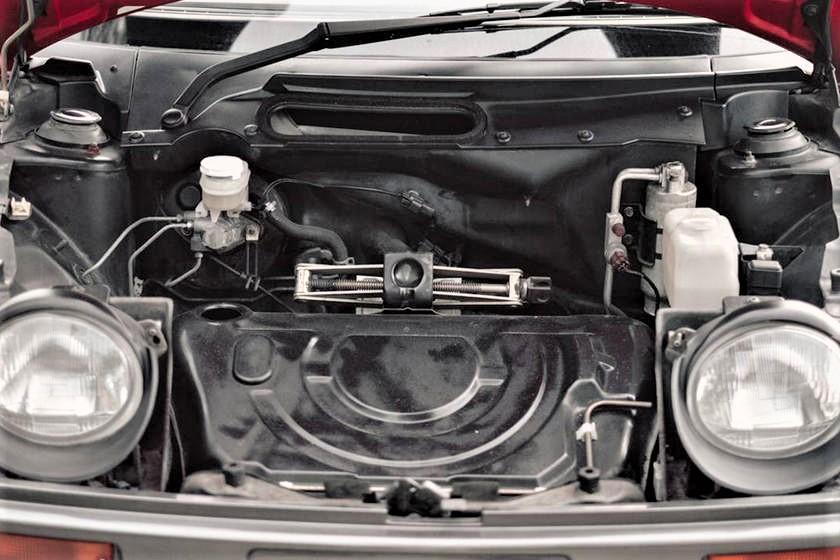 Mazda Autozam AZ 1 Davanti un microscopico vano bagagli.