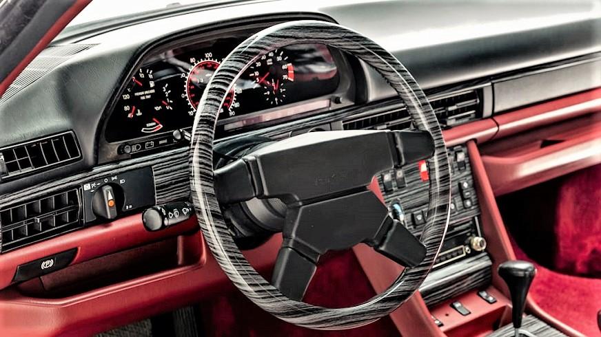"""Mercedes 560 SEC AMG Un particolare del volante """"""""zebrato""""""""."""