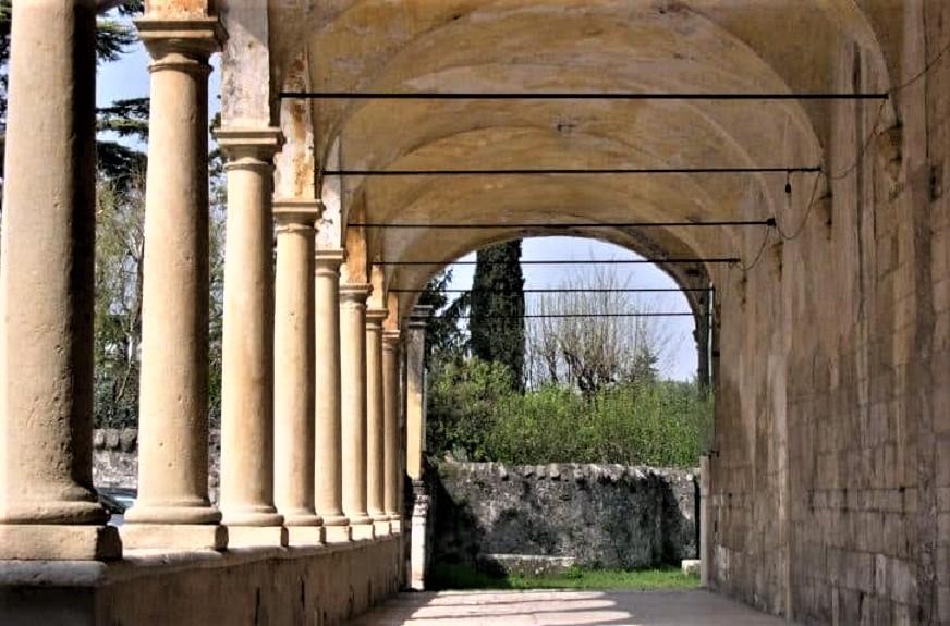 Amarone, le cantine e ville Palladiane Pieve Romanica di San Floriano.