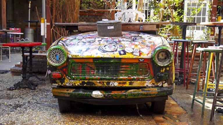 Auto e street art Szimpla Kert: pub in rovina di Budapest che offre uno sguardo nel passato