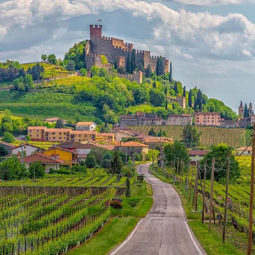 Amarone, le cantine e ville Palladiane Borgo antico di Soave.