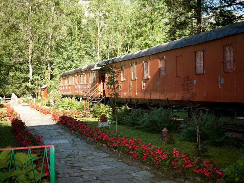 """Stazioni ferroviarie dismesse Anche i """"vecchi"""" vagoni possono essere recuperati, qui alcuni trasformati in camere da letto per turisti, qui nel LINK."""
