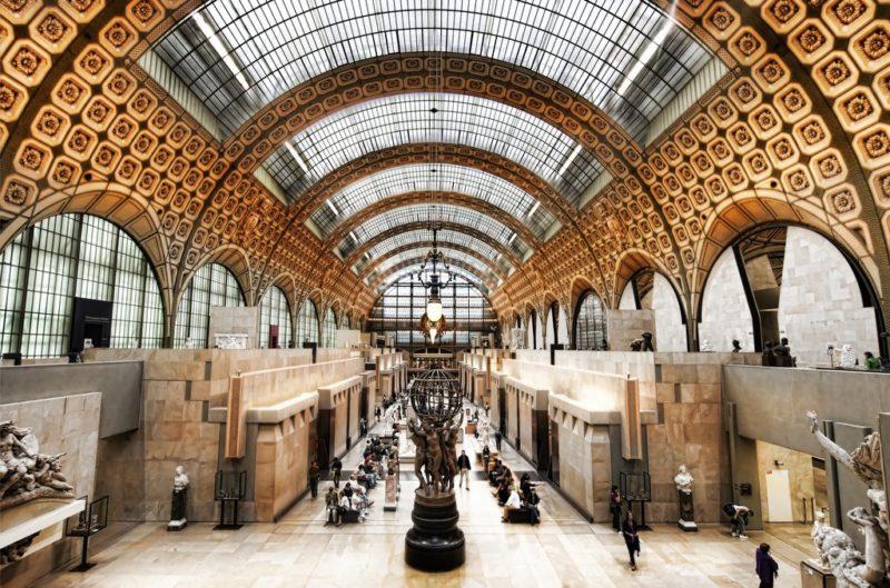Stazioni ferroviarie dismesse Parigi la celebre ex stazione Gare d'Orsay, nel 1986, grazie al progetto dell'architetto italiano Gae Aulenti, fu trasformata nel famoso Musee d'Orsay.
