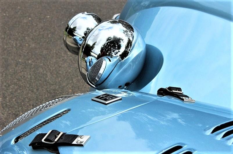 Devaux Coupe 2001, Molte le parti artigianali, interni ed esterni compresi, qui i fanali in alluminio lucidato e poi cromato come tutte le altre luci e prese d'aria.