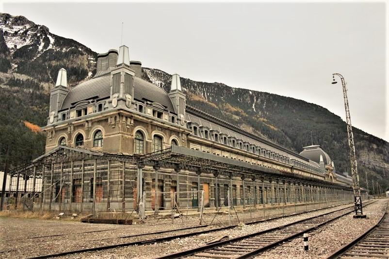 Stazioni ferroviarie dismesse Il Titanic dei Pirenei», la stazione fantasma di Canfranc.