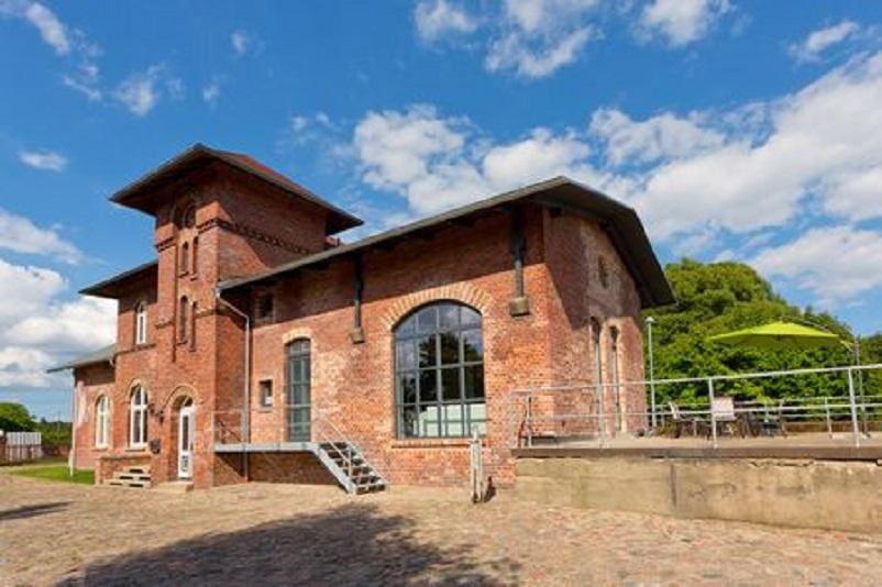 Stazioni ferroviarie dismesse Germania una ex stazione trasformata in una elegante casa provata, qui nel LINK.