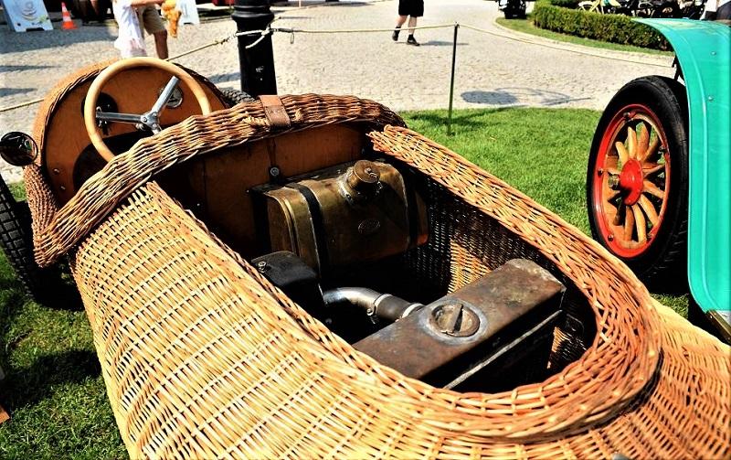 Hanomag Kommissbrot Korbwagen (1928)Il vano motore subito dietro il piccolo sedile, con un piccolo motore capace di spingerla a quasi 80 km/h.