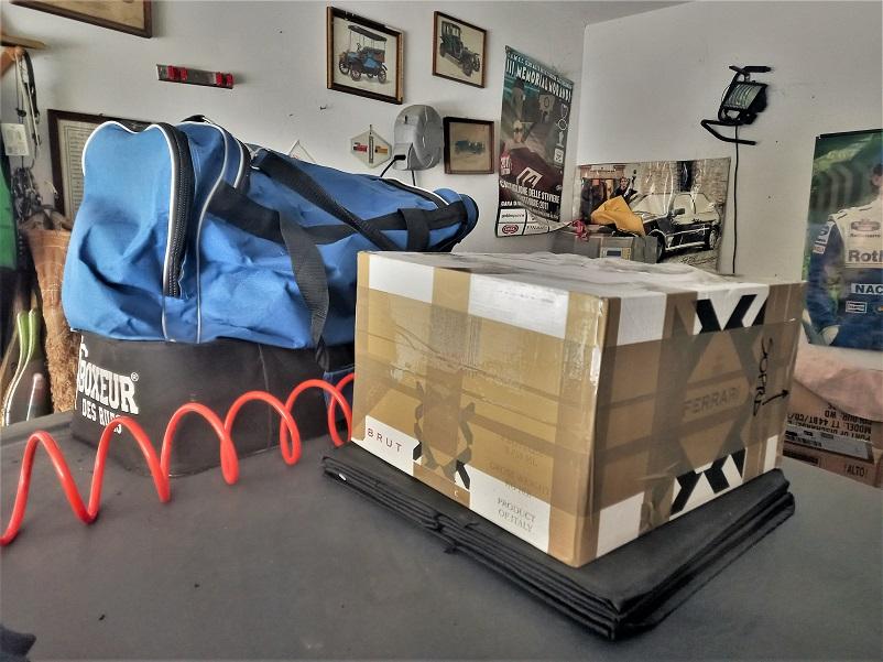 Modellini ed aste Il pacco appena arrivato ed in attesa di essere aperto il prima possibile.