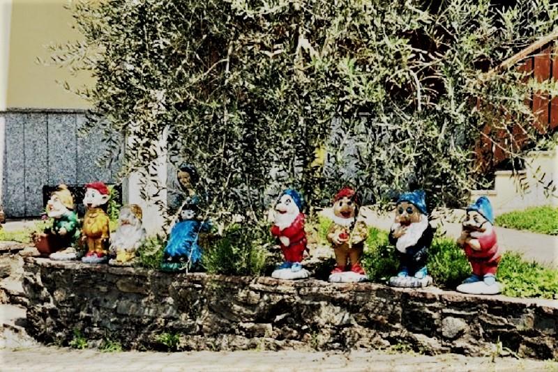 Nani da giardino Nel giardino dell'imprenditore erano disposti più o meno così.