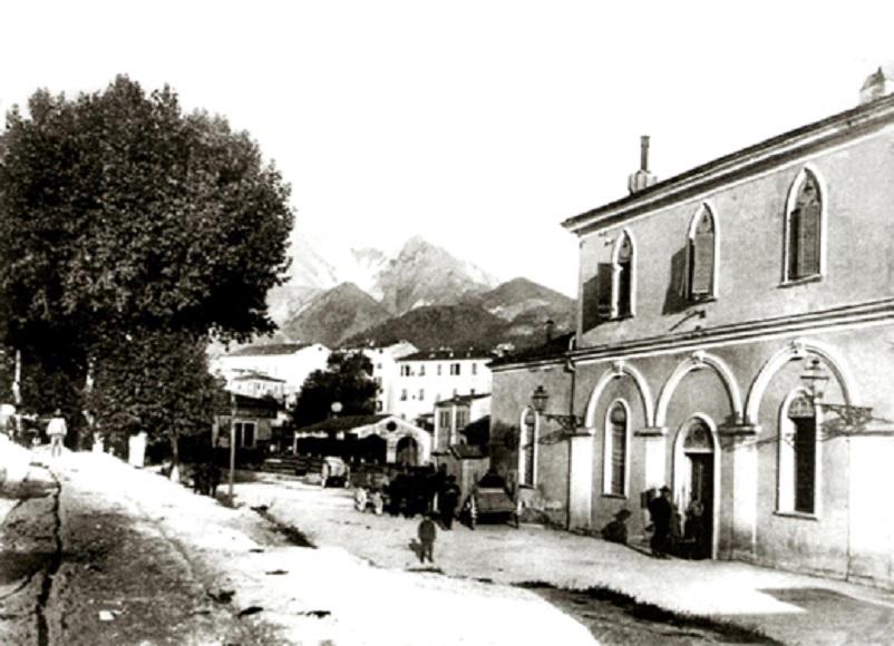 Stazioni ferroviarie dismesse, Quando il treno fermava a Carrara.