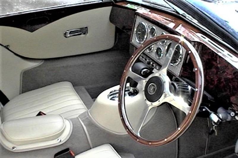 Devaux Coupe 2001, Il lussuoso abitacolo, con il grande volante e la guida a destra.
