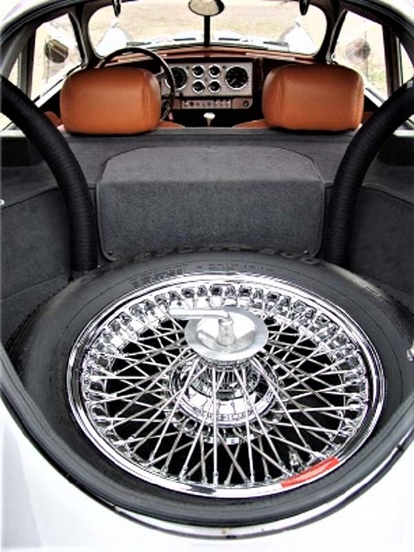 Devaux Coupe 2001, Il vano posteriore con la ruota di scorta a raggi anche quella, scarso l'eventuale spazio per dei bagagli.