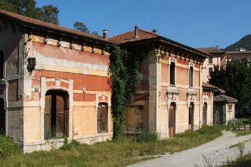 Stazioni ferroviarie dismesse Stazione di Ambria-Fonte Bracca con il suo fabbricato per viaggiatori.