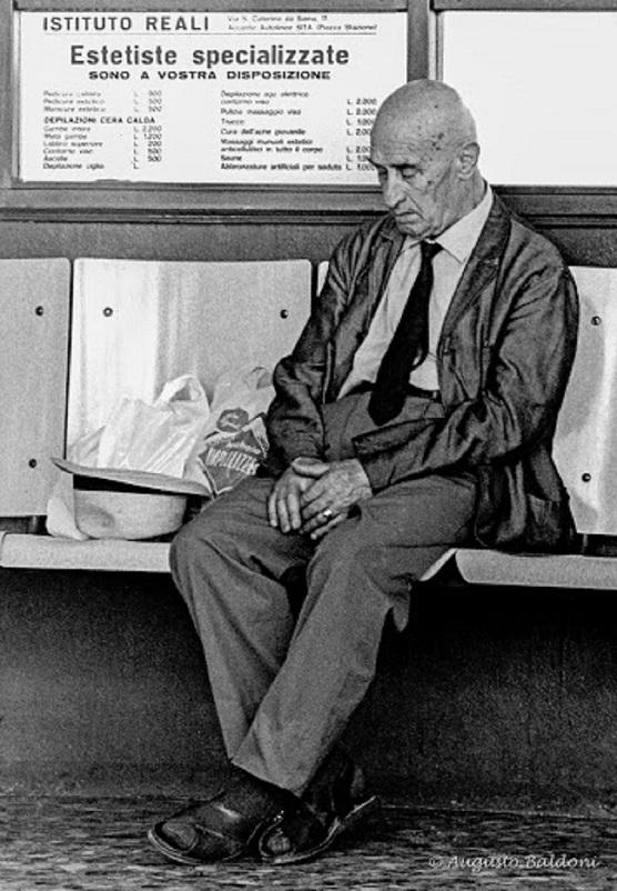 Stazioni ferroviarie dismesse Le sale d'attesa.