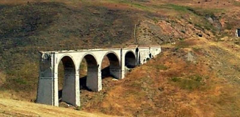 Stazioni ferroviarie dismesse I viadotti abbandonati, pare non siano pochi quelli in condizioni simili a quello nella foto.