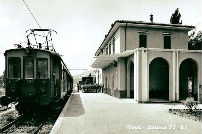 """Stazioni ferroviarie dismesse Una cartolina della stazione ferroviaria Voghera Varzi quando era ancora """"operativa""""."""