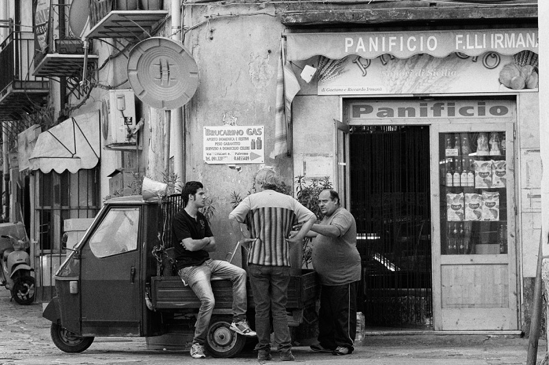 Foto in bianco e nero Una strada di Palermo, qui nel LINK.