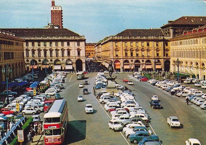 Foto in bianco e nero FOTO 2, Torino, Piazza San Carlo 1965.