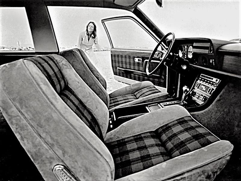 """Fiat 130 Maremma 1974 Gli interni con la consolle centrale più ricca rispetto alla versione """"base""""."""