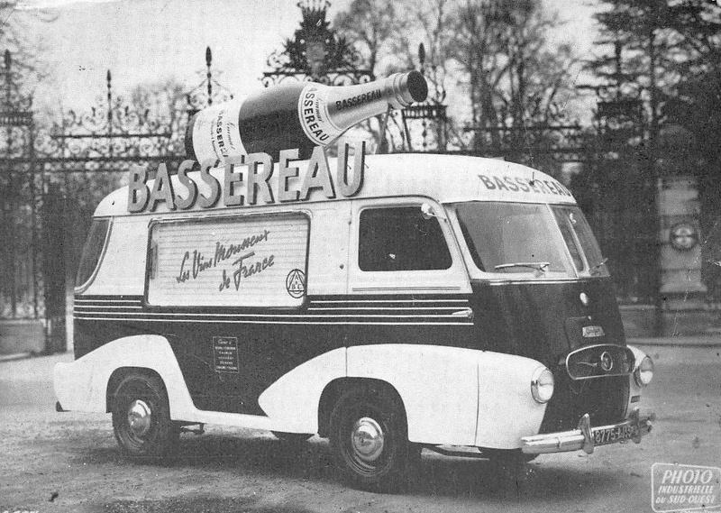"""Mobilbar, Veicolo pubblico in uscita dalle cantine Bassereau di Bourg sur Gironde, la tendina laterale permetteva di """"far provare"""" il prodotto anche ad avventori occasionali."""