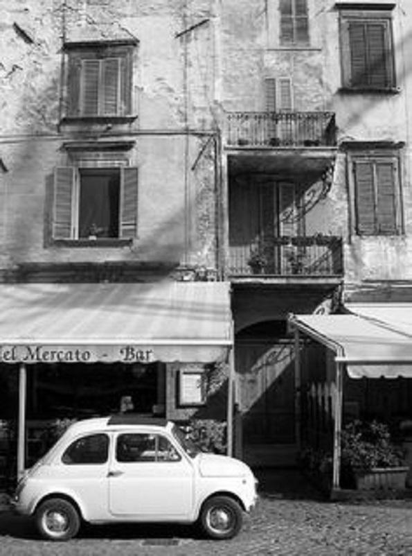 Foto in bianco e nero In una via di Terni in un'Umbria con una Fiat 500.