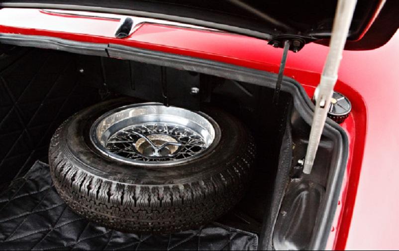 Alfa Romeo 6C 3000 CM Pininfarina Superflow IV, Una chicca per l'epoca e l'essere un prototipo l'avere anche per la ruota di scorta un cerchio a raggi.