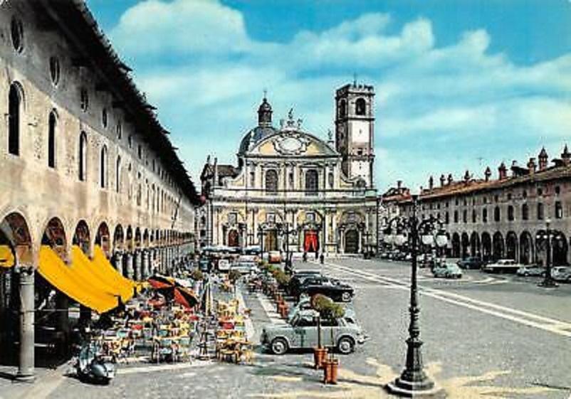Foto in bianco e nero Vigevano, Piazza Ducale in una cartolina d'epoca.
