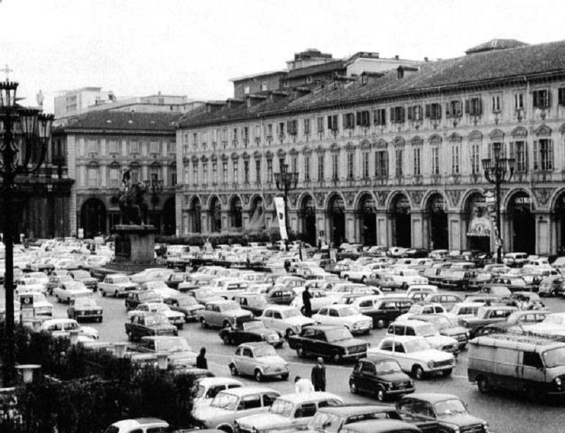 Foto in bianco e nero Torino, Piazza San Carlo anni '70.