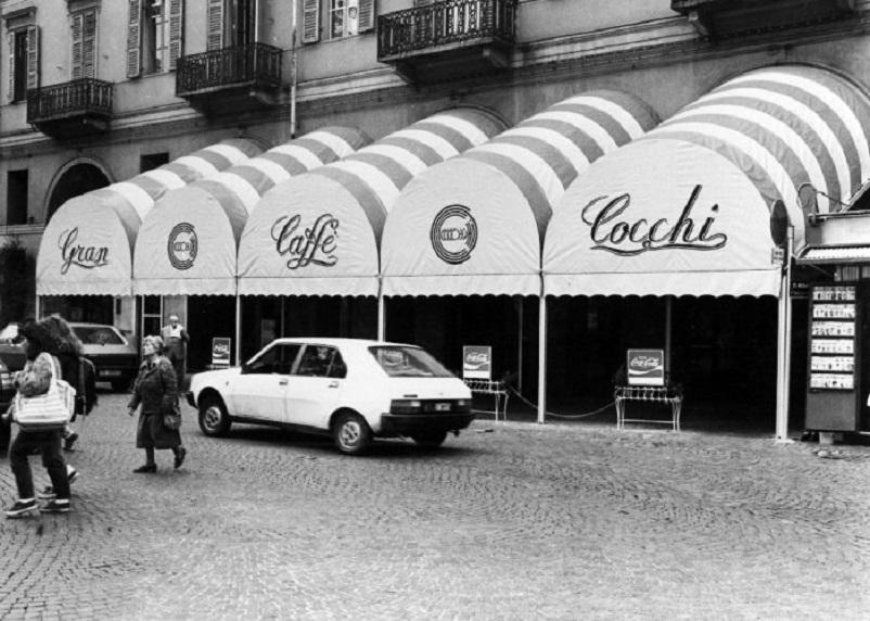 Foto in bianco e nero Dal bar Lupi all'angolo dei fessi, qui nel LINK.