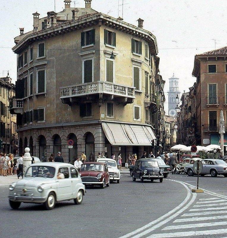 Foto in bianco e nero Verona, angolo Via Mazzini negli anni '70.