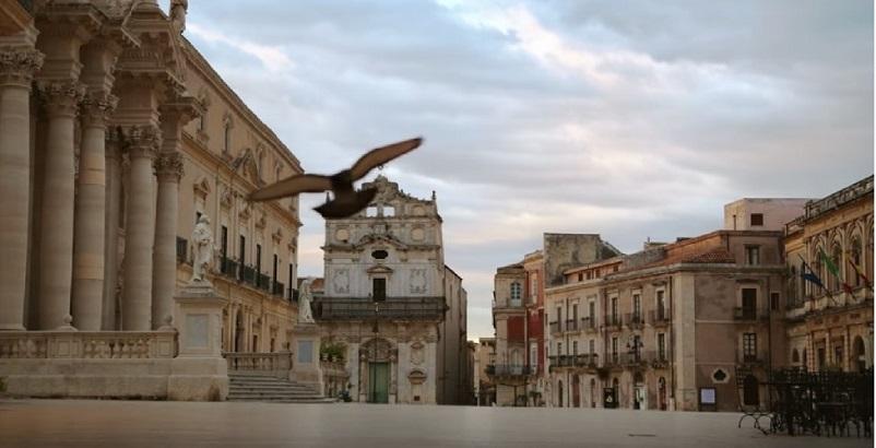 Foto in bianco e nero Piazza del Duomo a Siracusa, dove la Barilla e Sofia Loren hanno girato uno spot pubblicitario, qui nel LINK.