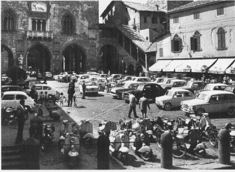 Foto in bianco e nero Bergamo Piazza Vecchia, in città Alta negli anni '60-'70.
