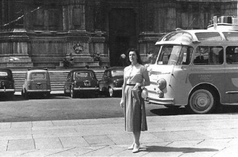 Foto in bianco e nero Bologna, Piazza Maggiore con qui nel LINK alcune foto storiche della piazza.