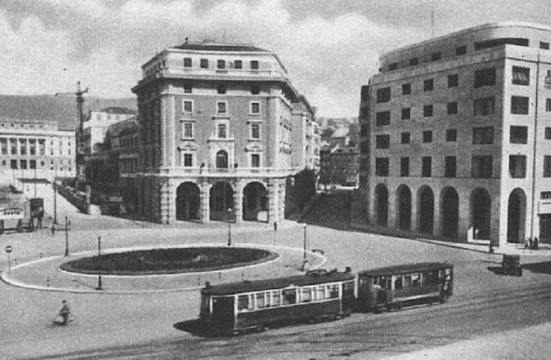 Foto in bianco e nero Trieste, la citta con una delle più importanti piazze italiane, Piazza Unità d'Italia, qui una vecchia foto della città presa da questo LINK.