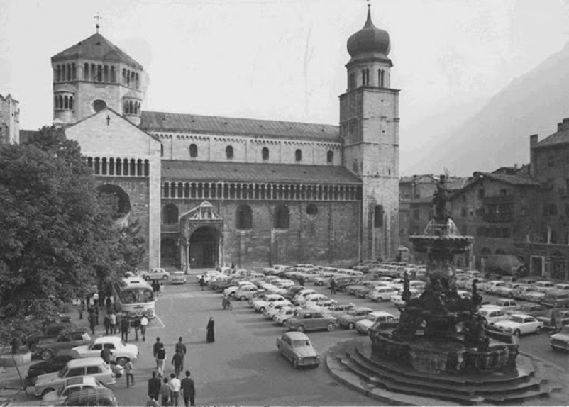 Foto in bianco e nero Trento, Piazza Duomo e il LINK dal quel ho preso questa foto.