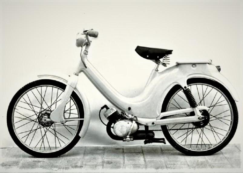 Il primo Ciao, Un cinquantino, un piccolo ciclomotore, che sembrava già bell e pronto, specie guardando la completa dotazione in sospensioni, fanali e il cavalletto centrale.