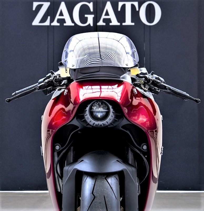 """MV Agusta F4 Zagato, La parte frontale della moto con un fanale """"quasi nascosto"""" sotto la carrozzeria."""
