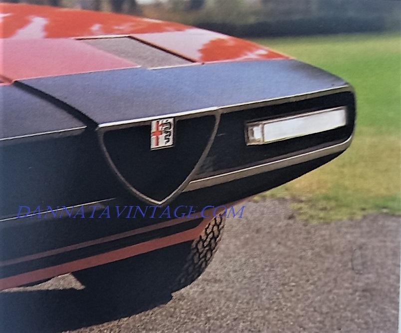 """Alfa Romeo Alfetta Spider, La parte anteriore dell'auto, priva di parti """"esposte"""" come paraurti in metallo e o luci."""