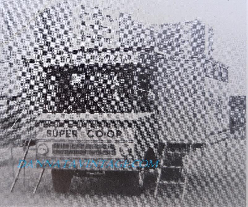 Carrozzeria Boneschi aule mobili, Autonegozio Carrozzeria Boneschi con le parti laterali estendibili.