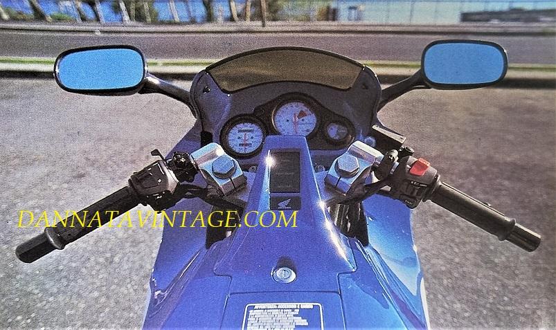 """Honda NSR 125 R, Con quel """"ponte"""" che univa il serbatoio al cruscotto."""