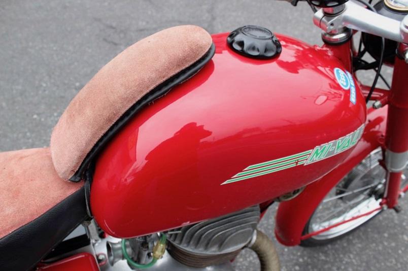"""Mi-Val, Ne ricordo qualcuno di queste """"prolunghe"""" montate sul serbatoio, questa moto monta il 175 cc."""