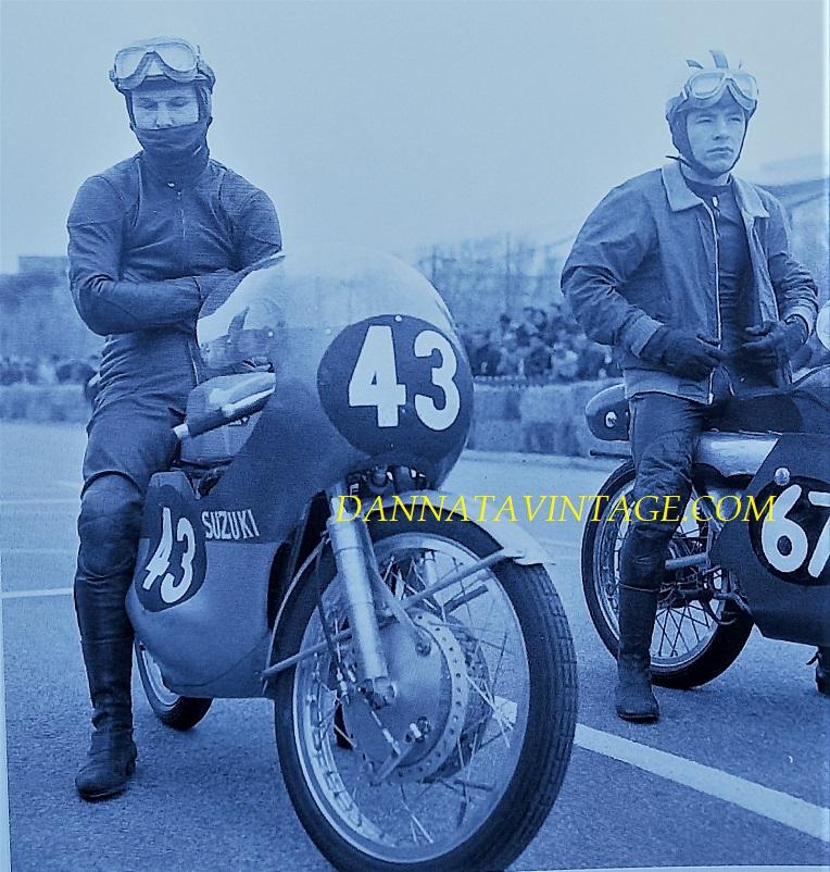 Il Circuito di Riccione, Ans George Ansccheidt su Suzuki n. 43 e Angel Nieto su Derby, eravamo nel 1967 sulla linea di partenza della Classe 125 Cc.