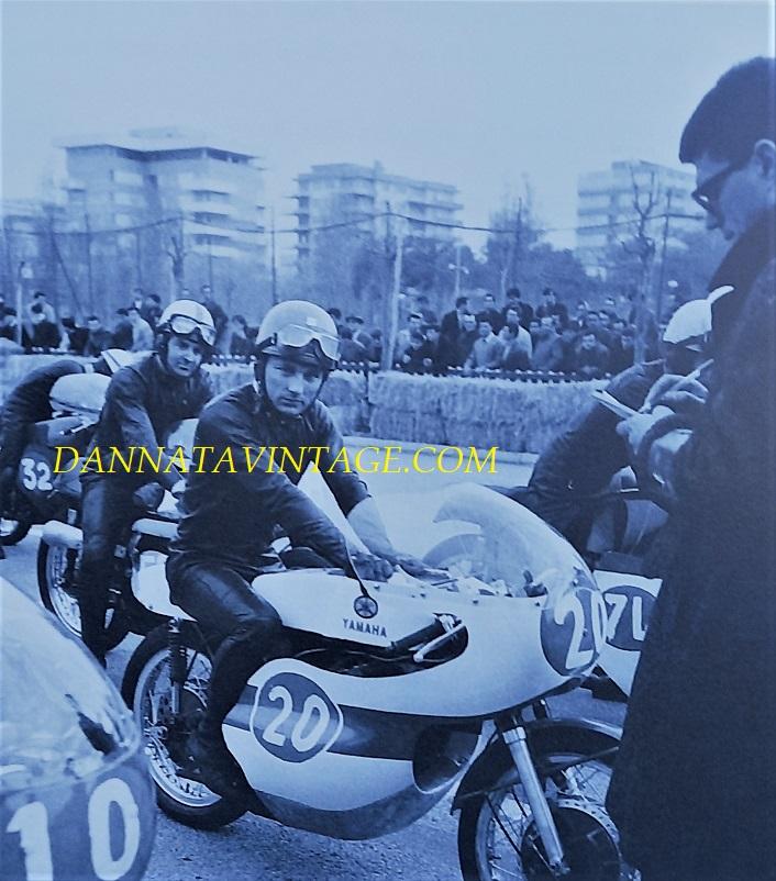 Il Circuito di Riccione, Bill Ivy sulla n. 20 e Derek Minter, la line di partenza della Classe 350 Cc del 1967.