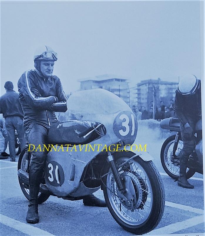 Il Circuito di Riccione, Mike Hailwood durante le prove della Classe 250 Cc, infreddolito su quelle sei cilindri nel 1967.
