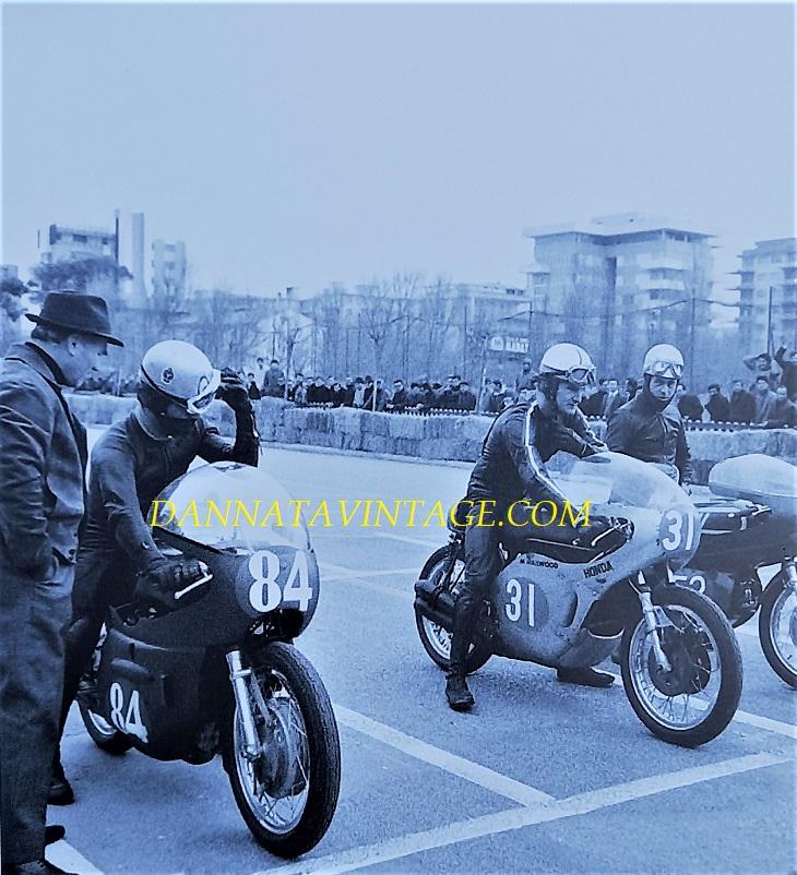 Il Circuito di Riccione, In piedi Massimo Pasolini (ex pilota) in fianco alla moto del figlio Renzo con l'84, col 31 Mik Hailwood e Gilberto MIlani con il 52.