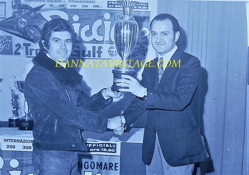 Il Circuito di Riccione, Giacomo Agostini premiato dal Moto - Club Celeste Berardi.
