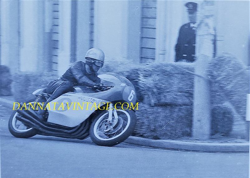 Il Circuito di Riccione, Bergamonti Angerlo durante proprio quelle prove in cui guidò la M.V. Agusta 350 Cc sie cilindri non utilizzata in gara.
